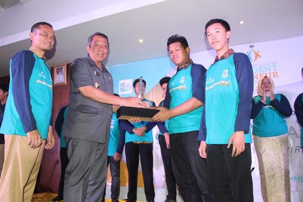 Wakil Walikota Benyamin Davnie memberikan piala kepada pemenang Student Preneur Award. (nad)