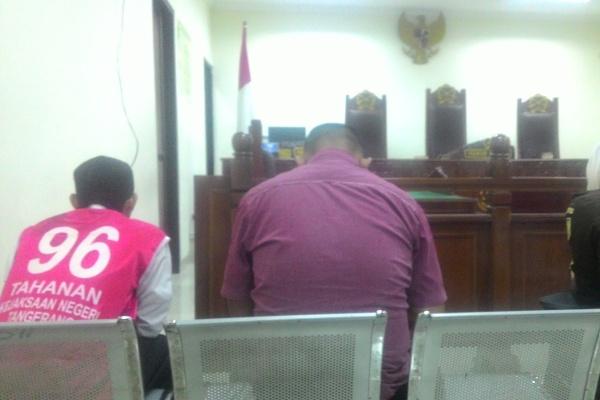 Terdakwa pencabulan anak saat menjalani persidangan di PN Tangerang. (uad)