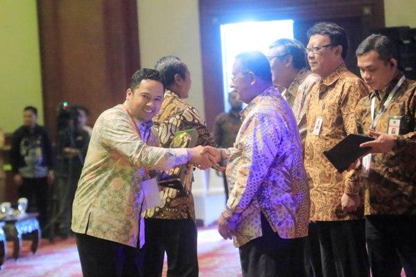 Walikota Tangerang (kiri) menerima Anugerah Dana Rakca 2016. (ist)