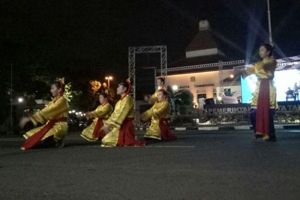 Penari membawakan tarian cokek khas Kota Tangerang. (pp)
