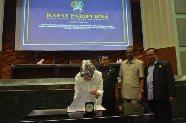 Walikota Tangsel menandatangani draf APBD Kota Tangsel 2017. (jok)