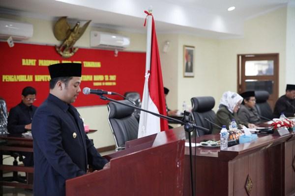 Walikota Tangerang pada Rapat Paripurna pengambilan keputusan RAPBD 2017.