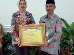 Walikota Tangsel Terima Penghargaan APE