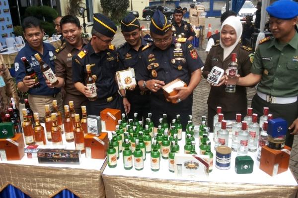 Petugas memamerkan barang sitaan KPPBC TMP A Tangerang. (fit)