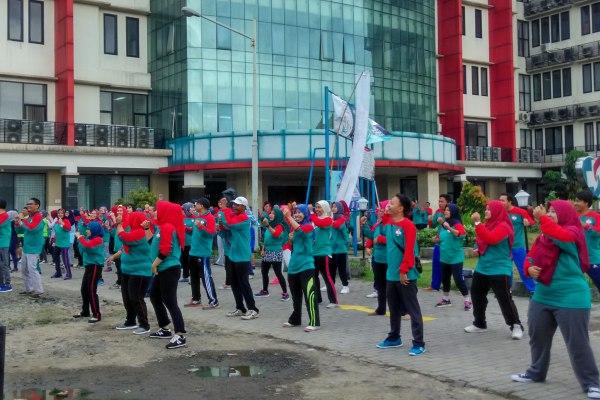 Ratusan pegawai RSU Tangsel antusias senam bersama. (one)