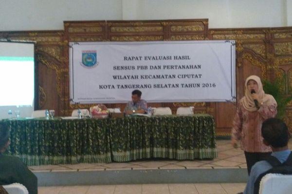 Kabid PBB dan BPHTB pada DPPKAD Tangsel, Indri Sari pada rapat evaluasi sensus PBB dan Pertanahan. (nad)