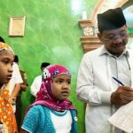 Usai Tarawih, 2 Anak Perempuan Minta Tandatangan Sachrudin