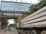Truk Tonase Besar di Jalan Raya Serpong