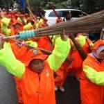 Bersih-bersih di Hari Raya, Petugas Kebersihan Dapat Bonus