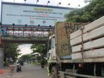 truk di atas 8 ton masih membandel dengan tetap melintas di jalan raya serpong