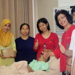 Siloam Hospitals Group Bagikan Pembersih Tangan di Moment Liburan Akhir Tahun