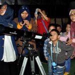 Ratusan Siswa SPJ Teropong Gerhana Bulan