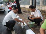 Walikota Tangerang Arief Mengecat Trotoar