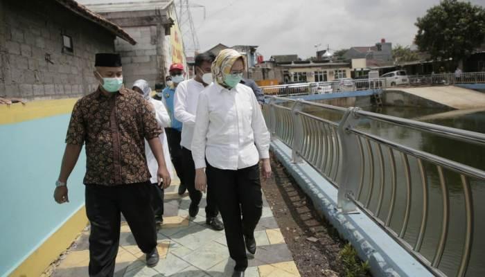 Walikota Tangsel Airin berkeliling Tandon Puri Bintaro Hijau. Foto: Ist